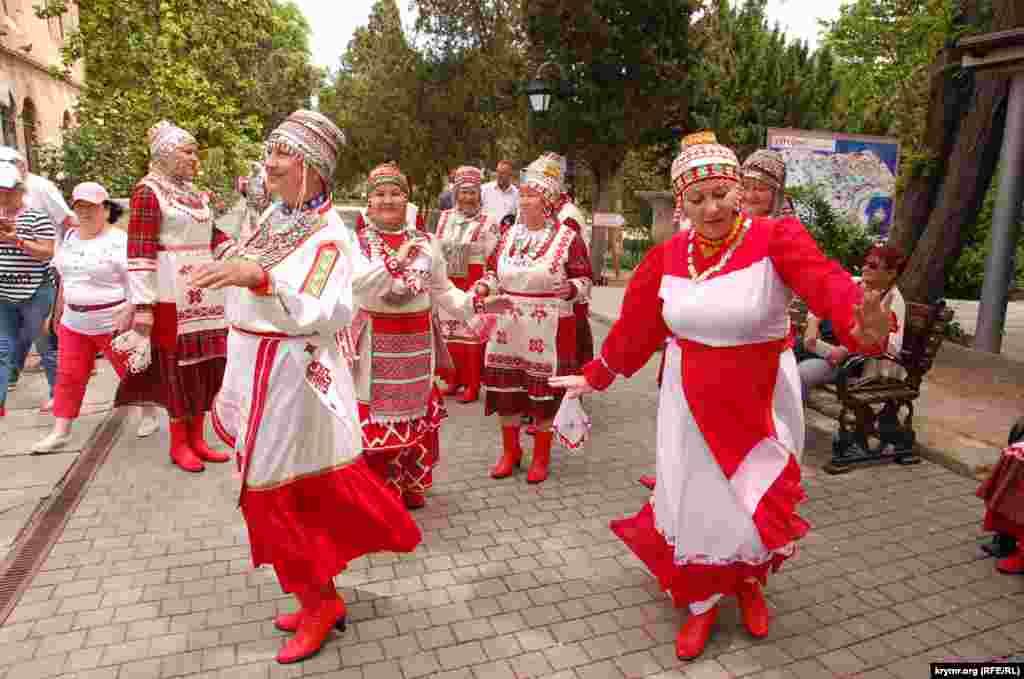 Активистки Чувашского национально-культурного общества Севастополя репетируют перед выступлением на фестивале