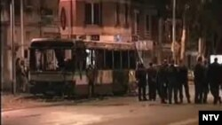 Группа подростков остановила автобус в пригороде Парижа. Кадр НТВ