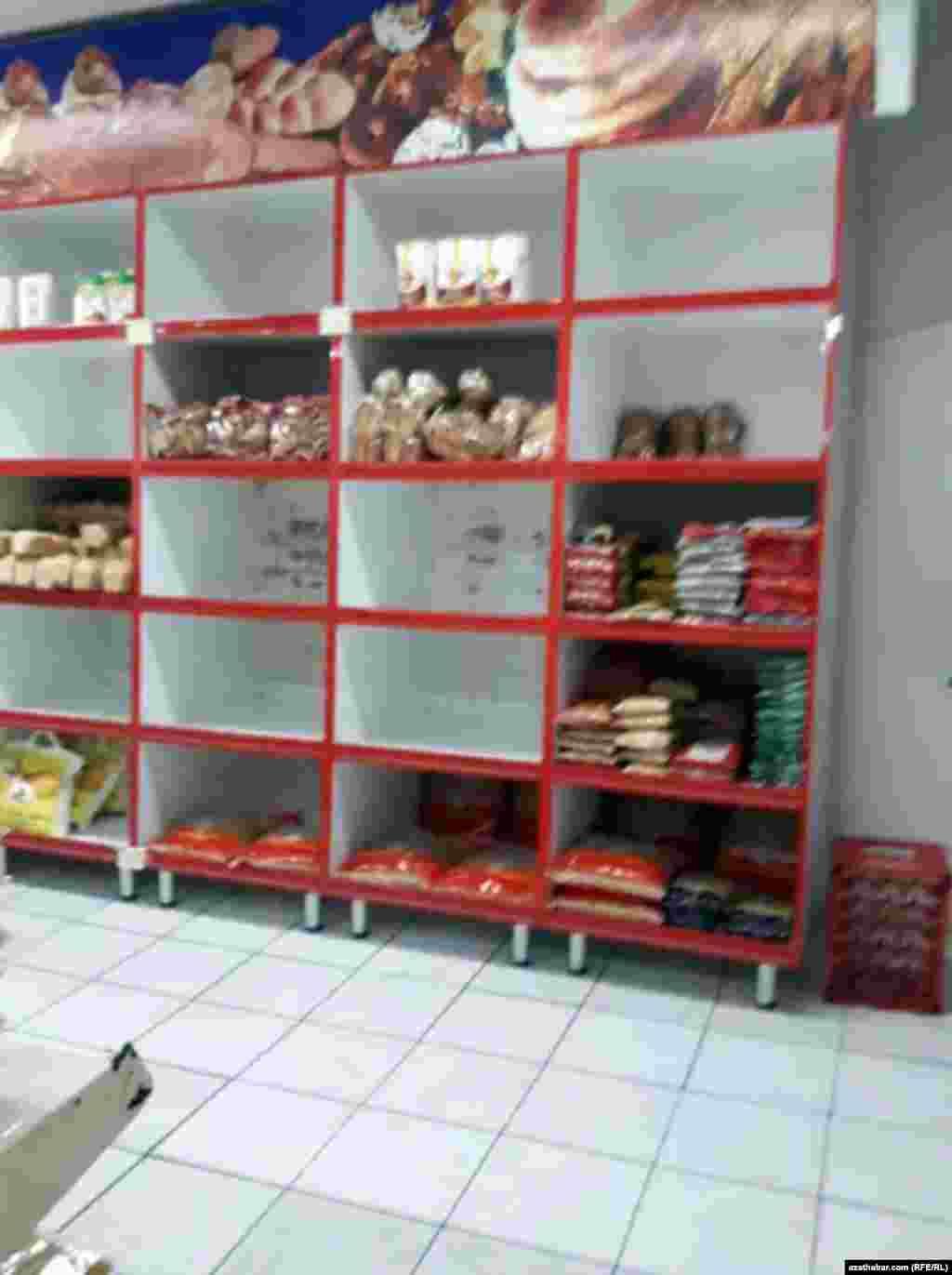 Прилавок продуктового магазина в столичном микрорайоне Мир, Ашхабад