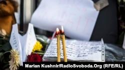 Покладання квітів під посольством Росії. Київ, 1 листопада 2015 року