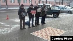 Актывісты «Ініцыятывы» правялі 1 сьнежня ў Маладэчне акцыю супраць прымусовай працы школьнікаў