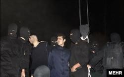 Дарға асуға полицейлер екі адамды алып келді. Иран, Тегеран, 20 қаңтар 2013 жыл.
