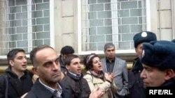 Протестующие перед зданием суда