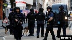 Лондон көпірі маңын тексеріп жүрген полицейлер. 29 қараша 2019 жыл.