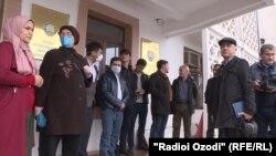 Собравшиеся у здания суда района Шомансур города Душанбе, где 13 апреля должны были состояться слушания по делу таджикского журналиста Далера Шарифова, которому предъявлены обвинения в «экстремизме», называемые международными прессозащитными организациями абсурдными.