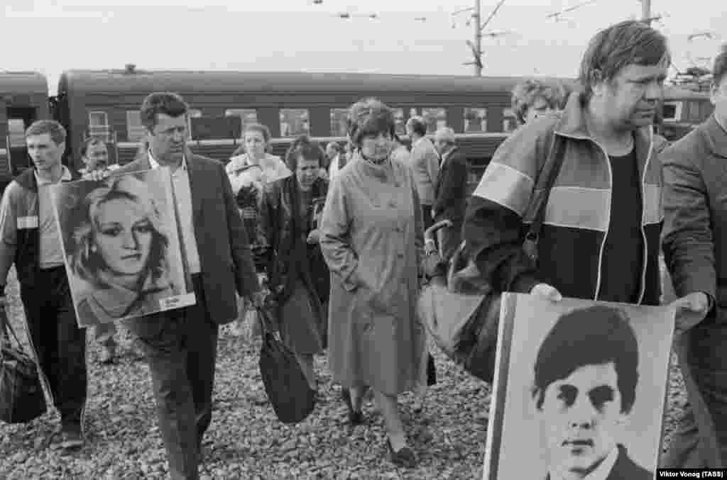 Родственники и близкие погибших на месте взрыва в первую годовщину катастрофы 4 июня 1990 года