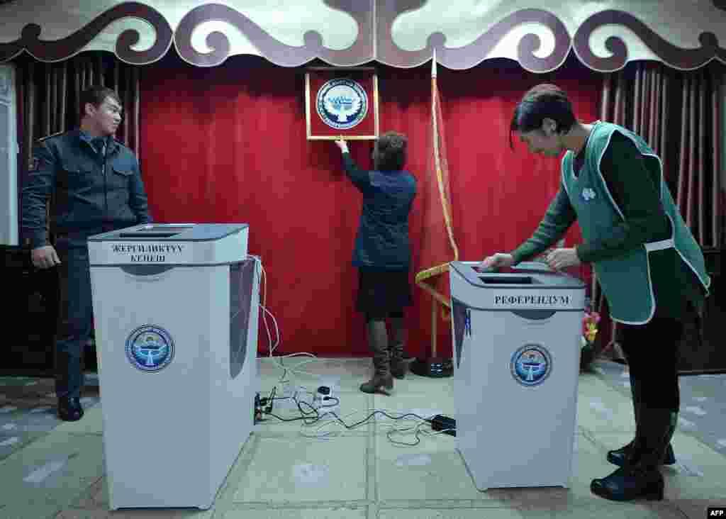 """Кыргызстандагы бүгүнкү добуш берүү өнөктүгүнө байланыштуу """"Бир дүйнө Кыргызстан"""" укук коргоо кыймылынын юристтери шайлоочуларга кеңеш берүүдө. Бул максатта 5-декабрдан бери 0312 317671, 0778 985271, 0551 961861 номурлары боюнча """"түз байланыш"""" иштеп жатат. Ошондой эле Мамлекеттик каттоо кызматы ачкан 119 номуру боюнча """"түз байланыш"""" жакшы иштебей жатканына байланыштуу даттануулар болду."""