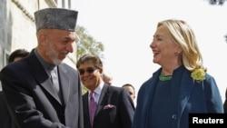 АҚШ мемлекеттік хатшысы Хиллари Клинтон мен Ауғанстан президенті Хамид Карзайдың кездесуі. Кабул, 20 қазан 2011 жыл.