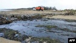 В Керченский пролив стали заходить нефтяные пятна. Полностью уничтожено шесть километров берега