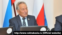 Председатель Верховного совета Хакасии Владимир Штыгашев на заседании