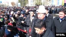 Өкмөт башчы Данияр Үсөнов Нарында, 2010-жылдын 29-марты.