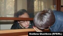 Гражданский активист Махамбет Абжан разговаривает со своим адвокатом Найлей Кузбаевой. Астана, 16 октября 2017 года.