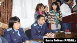 """В зале суда, где рассматривается дело """"ОПГ Рыскалиева"""". Атырау, 14 ноября 2014 года."""