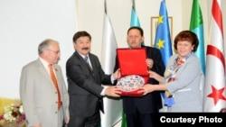 Дюсен Касеинов (сулдан икенче) 2011 елда Анкарада Татарстан вәкилчелеген кабул итә