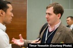 Павел Коктышев (справа), один из организаторов конференции «Инвест-байга». Алматы, 20 ноября 2013 года.