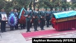 На похоронах Закаша Камалиденова. Алматы, 10 мая 2017 года.