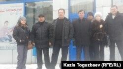 Казахстанские сторонники арестованного в Испании Муратбека Кетебаева после отправки телеграммы в его поддержку. Алматы, 5 января 2015 года.