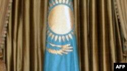ЕҚЫҰ-ның бас хатшысы Марк Перрэн де Бришамбо Астанадағы сапарында Қазақстан президенті Нұрсұлтан Назарбаевпен бірге. 12 қараша, 2009 жыл.