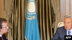 Gazagystanyň prezidenti Nursoltan Nazarbaýew (sagda) ÝHHG-niň baş sekretary Mark Perrin De Brihambaut bilen Astanada duşuşýar, 12-nji noýabr, 2009-njy ýyl.
