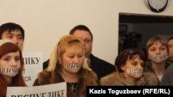 Журналистер қарсылығы. Алматы, 6 желтоқсан 2012 жыл. (Көрнекі сурет)