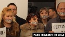 Жабылған оппозициялық БАҚ өкілдері қарсылық акциясын өткізіп тұр. Алматы, 6 желтоқсан 2012 жыл.