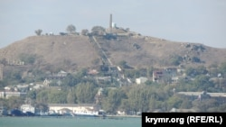 Вид на исторический центр Керчи и гору Митридат со стороны керченского пролива, 2017 год