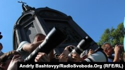 Патріарх Московський Кирило провів молебень на Володимирській гірці ще в п'ятницю, 24 липня 2012 року, коли було зроблене це фото