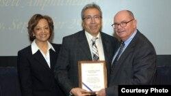 امیرحسین گنج بخش به هنگام دریافت جایزه «Merit»