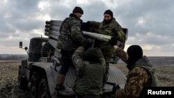 Українські військові готують ракету до пуску, район Дебальцевого, 8 лютого 2015 року