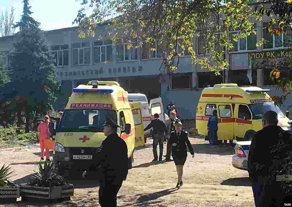 Сразу после происшествия к колледжу начали съезжаться кареты «скорой», машины спасателей и российские силовики с автоматами. Район оцепила полиция