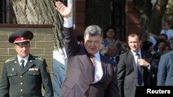 Президент Украины Петр Порошенко (в центре).
