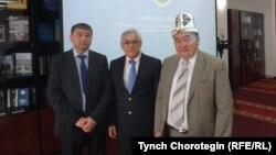 Қырғызстандық тарихшы Тынчтыкбек Чороев (оң жақ шетте) әріптестерімен бірге тұр. Астана, 23 маусым 2016 жыл.