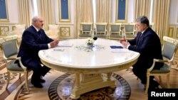 Петро Порошенко (п) і Олександр Лукашенко під час переговорів у Києві, 21 липня 2017 року