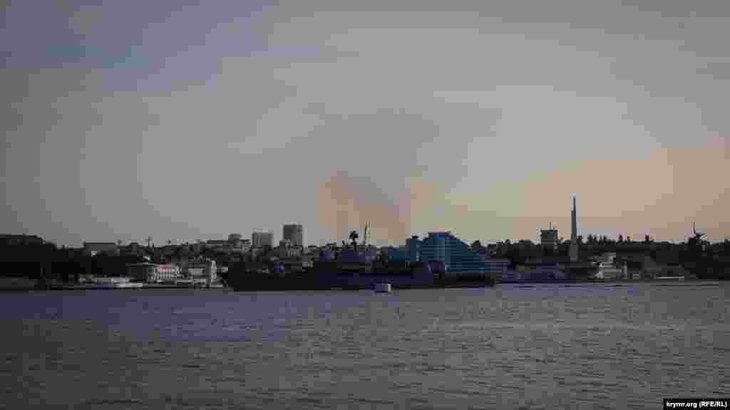 Вересень 2011 року. Вид з Михайлівського форту на центральну частину Севастополя і український фрегат «Гетьман Сагайдачний», що заходить в Північну бухту міста