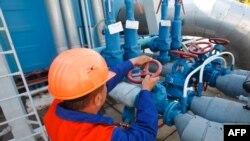 Работник на газовой станции в Ужгороде. 21 мая 2014 года.
