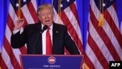 Избранный президент Дональд Трамп выступает на пресс-конференции в Трамп-тауэр на Манхэттене в Нью-Йорке