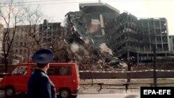 Član ruske delegacije u Beogradu u aprilu 1999. ispred zgrade Ministarstva unutrašnjih poslova pogođene u NATO intervenciji u aprilu 1999.