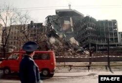 Член российской делегации смотрит на разрушенное здание сербского министерства внутренних дел. Белград, 3 апреля 1999 года