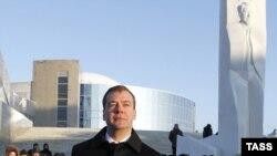 Медведев пред споменикот на Елцин