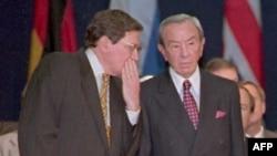 Glavni pregovarač Ričard Holbruk (L) šapće državnom sekretaru Vorenu Kristoferu tokom prve sjednice dejtonskih pregovora 1. novembra 1995. November 1, 1995.