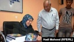 """الكاتبة سعدية السماوي في حفل توقيع كتابها """"دعوة للجنون"""""""