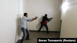 Policija pretražuje trgovački centar, Kenija, fotoarhiv