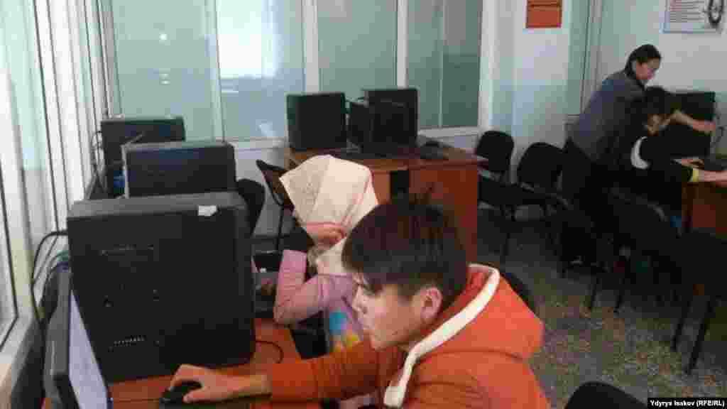 Жатканадагы студенттердин компьютердик бөлмөсү.