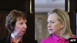 Ҳилларӣ Клинтон, вазири умури хориҷии ИМА ва Катрин Аштон, ҳамоҳангсози сиёсати хориҷии ИА.