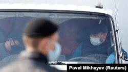 Люди в грузовике на границе Алматы и области ждут возможности покинуть город, закрытый на карантин. Алматы, 19 марта 2020 года.