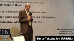 Жон Нэш дарс окуп жатат. Бишкек, 27-май, 2013