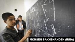 Афганские подростки, бежавшие в Иран, в негосударственной школе.
