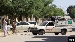 Pjesëtarët e sigurisë së Pakistanit gjatë kontrollit të vendit ku ishin rrëmbyer dy mësues kinezë më 24 maj në Baloçistan