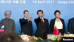 (çepden saga) Hindistanyň premýer-ministri Manmohan Singh, Orsýetiň prezidenti Dmitriý Medwedew, Hytaýyň prezidenti Hu Jintao we Braziliýanyň prezidenti Dilma Rousseff BRICS liderleriniň duşuşygynda, Hytaýyň Sanýa şäheri, 14-nji aprel.