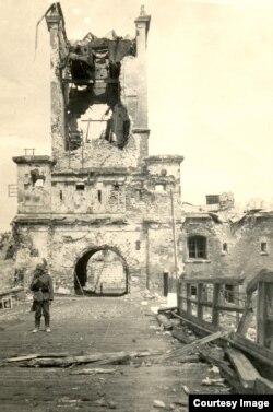 Немецкий солдат у Тереспольских ворот Брестской крепости. Лето 1941 г.